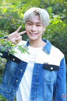 Astro's Season's Greetings Behind Jinjin Astro, Park Jin Woo, Astro Fandom Name, Lee Dong Min, Dance Legend, Eunwoo Astro, Im A Loser, Blue Flames, American Football