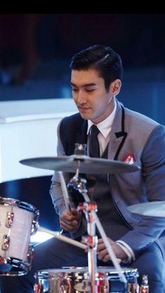 Siwon look dapper playing drums Choi Siwon, Looking Dapper, Good Looking Men, Super Junior, Seoul, Korea, Kpop, How To Look Better, Dj