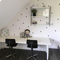 Monochrome kids room desk for two #kinderkamer #meidenkamer #monochrome #kidsroom Instagram photo by @lauhij