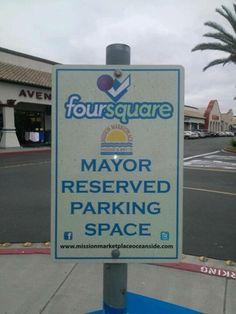 ¡Ser un apasionado/friki de las #RedesSociales tiene sus ventajas! En esta zona comercial de California hay aparcamiento reservado en para el que sea su alcalde en #Foursquare