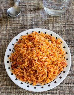 Tomato Rice Recipe (Thakkali Sadam) - Spice Up The Curry Tomato Rice Recipe South Indian, South Indian Food, Spicy Recipes, Indian Food Recipes, Cooking Recipes, Ethnic Recipes, Spicy Rice, Curry Rice, Vegetable Rice