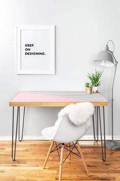 Silla eames utilizada en un escritorio.  https://spaacio.myshopify.com/collections/sillas/products/replica-silla-eames