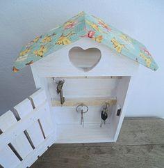 Casa de madera pintada y forrada con papel decorativo a tu gusto! Cuelgala y guarda las lleves que más utilices.