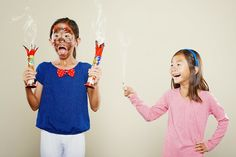Jason Lee, photographer and father, has taken a photo series of his adorable girls Kristin and Kayla in a variety of silly and creative situations.