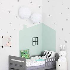 Kinderzimmer einrichten - Nutzen Sie funktionelle Elemente als einen Akzent. Es kann sich dabei zum Beispiel um die Gardinen handeln oder um ein Möbelstück.