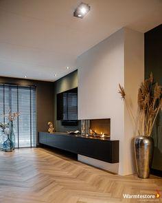 Warmtestore uw haardenspecialist | Wel eens in een hotel geweest waarbij je je ogen uitkeek naar al het mooie en luxueuze om je heen? Dat is precies waar de term Hotel Chique vandaan komt. Hotel Chique betekent dat alles netjes en mooi is ingericht en waarbij elk onderdeel van het interieur aan alle kanten luxe uitstraalt, zo ook bij dit prachtige project in Dedemsvaart. Home Design Living Room, Dream Home Design, Home Interior Design, House Design, Living Room Decor Fireplace, Happy New Home, Living Room Inspiration, Home Decor Furniture, House Styles