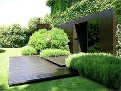 terrasse en bois, arbustes et lierre sur la façade