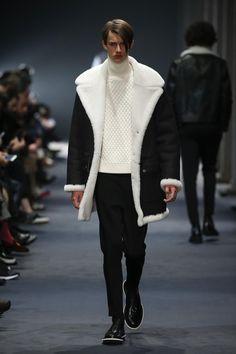 Neil Barrett Autumn Winter 2015 Menswear Collection - Look 17 Fur Fashion, Luxury Fashion, Winter Fashion, Mens Fashion, Sheepskin Jacket, Mens Trends, Neil Barrett, Fashion Lookbook, Outerwear Jackets