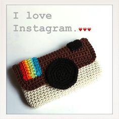 Étui d'iPhone aux couleurs d'Instagram     Fournitures • Fil de coton pour crochet n° 3: blanc cassé, marron, noir, rouge, orange, jaune,...