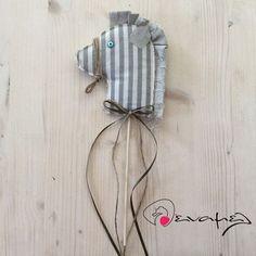 Μπομπονιέρα βάπτισης αλογάκι στικ χειροποίητο πάνινο.  Διαστάσεις: αλογάκι 14,5εκ Χ 5 εκ Συνολικό ύψος 31 εκ  Κατόπιν συνεννόησης μπορεί να γίνει και σε άλλους δυνδιασμούς χρωμάτων.  Η τιμή περιλαμβάνει πλήρη μπομπονίερα δεμένη από εμάς με 5 κουφέτα αμυγδάλου Χατζηγιαννάκη ή 9 κουφέτα τύπου sm