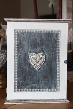 Boite à clés en bois romantique Coeur aux oiseaux - esprit shabby chic - patine et strass : Boîtes, coffrets par charmyandco