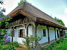 Old farmhouse with thatched roof - HUNGARY Cozy Cottage, Cozy House, Cottage Style, Beautiful Homes, Beautiful Places, Gazebo, Pergola, Old Country Houses, Heart Of Europe