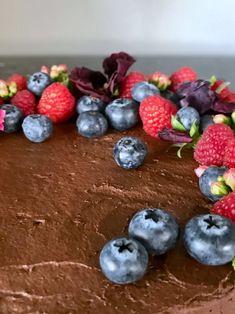 νηστίσιμη τούρτα σοκολάτας Vegan Chocolate, Chocolate Cake, Vegan Cake, Blueberry, Fruit, Food, Chocolate Pound Cake, Chocolate Cobbler, Berry