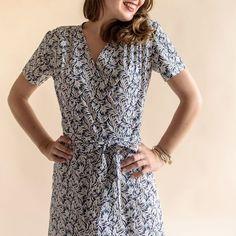 """Quoi de plus féminin qu'une robe-cache cœur ! Elle manquait à la collection « aime comme Marie ». Nous l'avons imaginée en trois longueurs pour que vous puissiez l'adapter votre style. Son haut croisé, lié par une ceinture intégrée est agrémenté de jolies froncées aux épaules. Cousez votre jolie robe """"Mots doux"""" aux accents de dolce vita dans des étoffes fluides : une belle viscose, un crêpe de soie ou de polyester ou un tencel souligneront avec délicatesse vos courbes f..."""