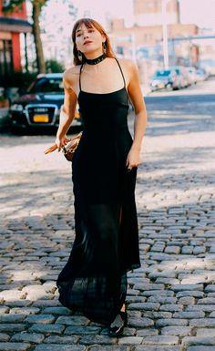 Street style look com vestido longo preto e choker.