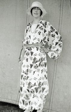 Agatha Christie as a young woman in Egyptian motif print dress. From Agatha Christie: An Unfinished Portrait, a touring exhibition showcasing previously unseen photographs of the Queen of Crime. Agatha Christie, Hercule Poirot, Detective, Secret Photo, Miss Marple, Rare Photos, Vintage Photos, Before Us, Southampton