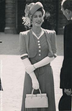 Princess Elizabeth (now Queen Elizabeth II) . Princess Elizabeth, Colonel of the Grenadier Guards, attended a Drumhead Service outside the… Reine Victoria, Queen Victoria, Lady Diana, Fascinator Wedding, Fitness Queen, City Of London, Young Queen Elizabeth, Die Queen, Queen Hat