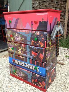 Minecraft dresser -- interesting way to display a poster. Minecraft Real Life, Minecraft Room, Minecraft Crafts, Minecraft Party, Minecraft Stuff, Minecraft Bedroom Decor, Minecraft Furniture, Boy Room, Kids Room