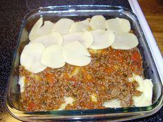 Köttfärs och potatis i samma form - perfekt vardagsgratäng som kan förberedas helt och bara värmas. Meatloaf, Dinner, Dining, Food Dinners, Dinners