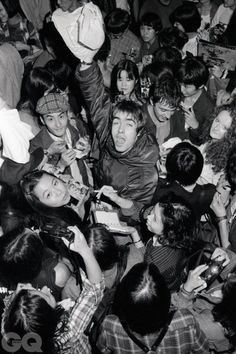 Liam Gallagher of the band Oasis getting mobbed by fans on their first tour of Japan in Lennon Gallagher, Liam Gallagher Oasis, Noel Gallagher, Liam Gallagher 1994, Football Music, Oasis Music, Liam And Noel, Oasis Band, Musica