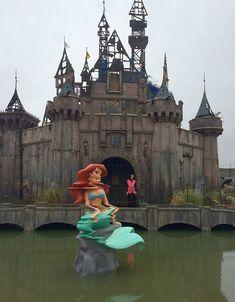 Banksy inaugura Dismaland, parque temático que satiriza e mostra lado macabro da Disney;