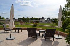 C'est au pied des vignes du vieux clos du Château de Cîteaux que prend place notre domaine, en plein cœur du village viticole de Meursault.