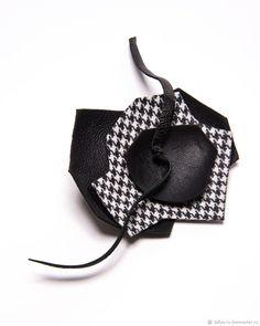 Брошь Стилизованный цветок комбинированный кожа с тканью – купить в интернет-магазине на Ярмарке Мастеров с доставкой
