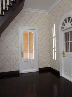 Ich habe in meinem großen Stadthaus die erste Mini Mundus Treppe und den Holzboden fertig. Der dunkle Farbton, den ich verwendet habe, sieht im Kontrast zu den weißen Mini Mundus Türen, so finde ich, sehr edel aus. Es hat mir sehr viel Spaß gemacht, die Mini Mundus Möbel zu bearbeiten und ich widme mich jetzt mit Freunden dem nächsten Raum. Mit freundlichen Grüßen, Beate B. PS: Diesen edlen dunkelbraun-schwarzen Farbton erzielen Sie mit unserer neuen Lasur Wenge (43009) und Klarlack (43007).