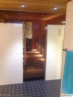 sauna,lasiovi,lasioven vedin,pesuhuoneen valaistus,pyyhetangot