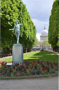 Paris, le Panthéon depuis les jardins du Luxembourg