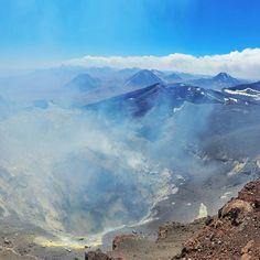 Que tal se aventurar no Atacama? Ontem fizemos o passeio para subir o Vulcão Lascar com a @aylluatacama. Depois de uma longa caminhada em mais de 5.000m de altitude chegamos até a cratera do vulcão. É possível chegar até o topo mas não sentíamos muito bem para continuar!  #NerdsNoAtacama