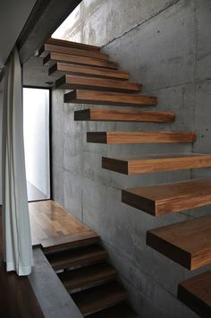 Cintrast of the warmth of the wooden floating stairs, against the concrete wall - ww [good outdoor staircase for cabinas] Cantilever Stairs, Wood Stairs, House Stairs, Timber Staircase, Open Staircase, Interior Stairs, Interior Architecture, Interior And Exterior, Industrial Architecture