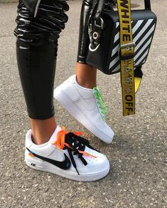 negron Off white x Nike collab Mode Streetwear, Streetwear Fashion, Streetwear Clothing, New Balace, White Sneakers, Shoes Sneakers, White Chucks, Off White Fashion, Sneaker Store
