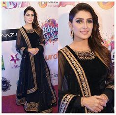 Simple Pakistani Dresses, Pakistani Fashion Casual, Pakistani Wedding Dresses, Pakistani Outfits, Indian Outfits, Indian Fashion, Indian Clothes, Dress Indian Style, Indian Dresses