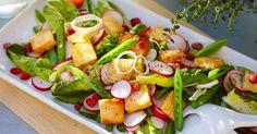 Festlig sallad med grillad ost och ljuvliga smultron - knaprigt, sött och salt! Perfekt sallad till lunch eller som tillbehör till grillat eller stekt kött eller kyckling.
