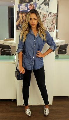 camisa - jeans - casual look - prata Outfit Jeans, Loafers Outfit, Oxford Shoes Outfit, Gold Flats Outfit, Jeans Shoes, Red Loafers, Shoes Heels, Brogues, Dress Shoes