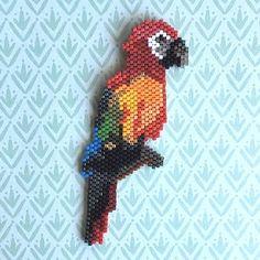 Papagei gefädelt in Brickstitch und Peyote - Perles & Co Bird Patterns, Loom Patterns, Beading Patterns, Beaded Animals, Beaded Brooch, Beading Projects, Stuffed Animal Patterns, Brick Stitch, Beads And Wire