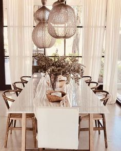 Floriipic (@floriipic) • Fotos y vídeos de Instagram Fresco, Table Settings, Sweet Home, Instagram, Chandelier, Ceiling Lights, Table Decorations, Lighting, Furniture