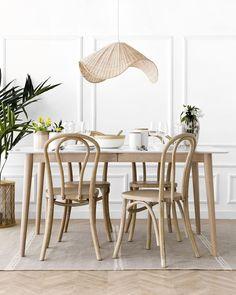 Adele silla natural / La vuelta de los clásicos.  Adele, una preciosa silla de madera en acabado natural, con un bonito diseño de madera curvada. Un modelo ideal para aporta un look retro y distintivo a tus estancias. ¡Prueba a combinarla en distintos acabados, seguro que te encanta! Nordic Interior, Home Interior, Interior Design Inspiration, Home Decor Inspiration, Dining Chairs, Dining Table, Dining Room, Look Retro, Bright Homes