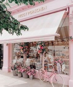 Pretty pink cafe in London covered in pink flowers. Pretty in pink and covered in flowers, Peggy Porschen may well be the cutest café in London. Situated in Belgravia, it's near Victoria Train Station! Coffee Shop Design, Cafe Design, Art Café, Flower Shop Design, Flower Shop Decor, Flower Shops, Shop Front Design, Peggy Porschen Cakes, Vitrine Design