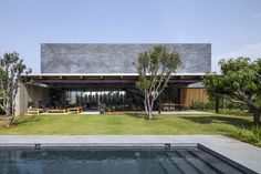 Contemporary Seaside Villa by Blatman Cohen Architects naturally looking swimming pool Villa Design, Tropical Architecture, Contemporary Architecture, Interior Architecture, Design Exterior, Interior And Exterior, Dream Home Design, Modern House Design, Villa Am Meer