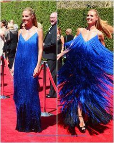 De los Creative Arts Emmy Awards: Heidi Klum. Con un espectacular vestido de flecos en tonos azules de Sean Kelly.