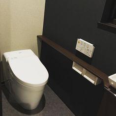 . #マイホーム記録 . #1階 の#トイレ は#TOTO にしました #クロス を天井・周り・正面と #3色 に分けて貼ってもらいました✨ #和モダン っぽい感じで 試しに座ってみたら結構落ち着いて #イイ感じです . #引渡し まで、あと12日 . #マイホーム#マイホームメモ#マイホーム建築中#myhome#家#おうち#新築#新築一戸建て#新居#ガルバ#黒ガルバ#ガルバリウム#黒い家#タンクレス#タンクレストイレ#落ち着く