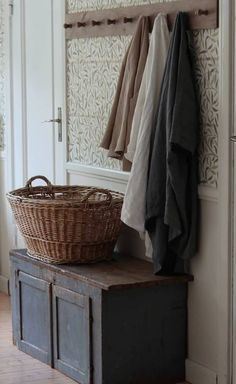 Modern Cottage, Cottage Style, Cottage Hallway, Mudroom Storage Bench, Hallway Colours, Cozy Corner, Cottage Homes, Cozy House, Entryway Decor