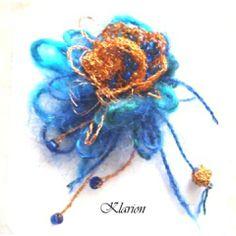 Réz virágos kitűző, Ékszer, óra, Esküvő, Bross, kitűző, Lakkozott réz drótból horgoltam ezt a bolyhos, színátmenetes fonallal megbolondított virágos ..., Meska