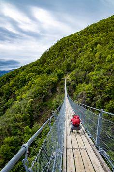 Sie ist 270 Meter lang und schwebt mit ihren rund 50 Tonnen 130 Meter über dem Tessiner Boden! Die Tibetische Brücke, eine der längsten Hängebrücke der Schweiz, sorgt für Nervenkitzel. #Ausflugstipp #Wandertipp Levitate