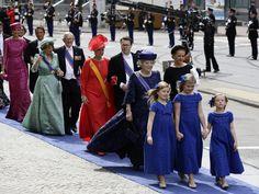 De Koninklijke familie loopt van het Paleis op de Dam naar De Nieuwe Kerk voor de inhuldiging van Willem-Alexander.