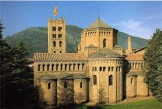 Cabecera del Monestir de Santa María de Ripoll.  Gran cabecera semicircular y amplio transepto, así como aparejo lombardo característico de esta arquitectura. -11a