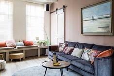 Bekijk de woonkamer van Ivana en Maurice met velvet bank en roze muur | Weer verliefd op je huis: seizoen 8, aflevering 5 | Make-over door: Fietje Bruijn | Fotografie Barbara Kieboom