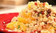 """Les tengo una ensalada de quinoa totalmente fuera de lo convencional! Con granada, naranja y menta para darle un sabor refrescante y único a tu almuerzo o cena!   Today's recipe is very """"unusual"""" for a salad but very tasteful! It has pomegranate, orange and mint to give it a refreshing and unique flavor!"""